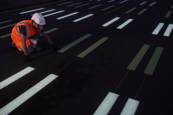 Application des peintures photoluminescentes RN2 Boissy-Fresnoy (60) – Photo : Yves Chanoit