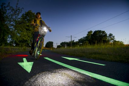 Cycle path equipped with photoluminescent paint - OliKrom©