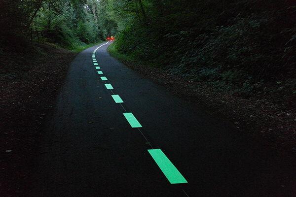 Tracés lumineux sur une route de campagne